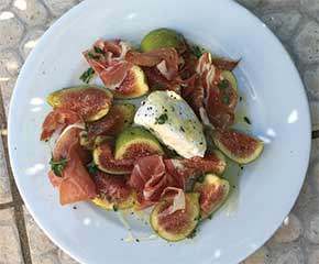 Fig, serrano and curd cheese salad with honey dressing